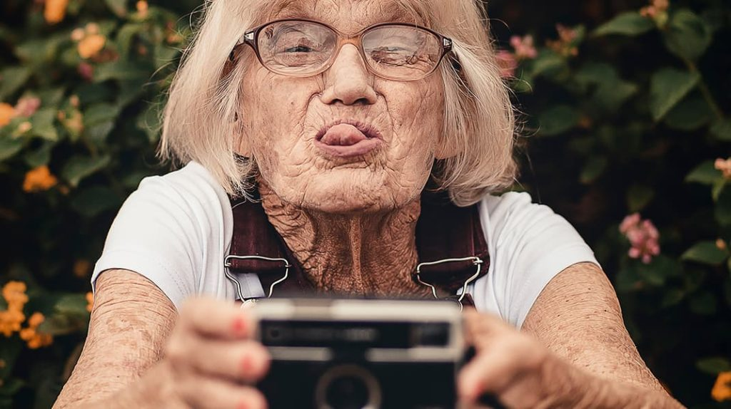 Бабушка делает селфи