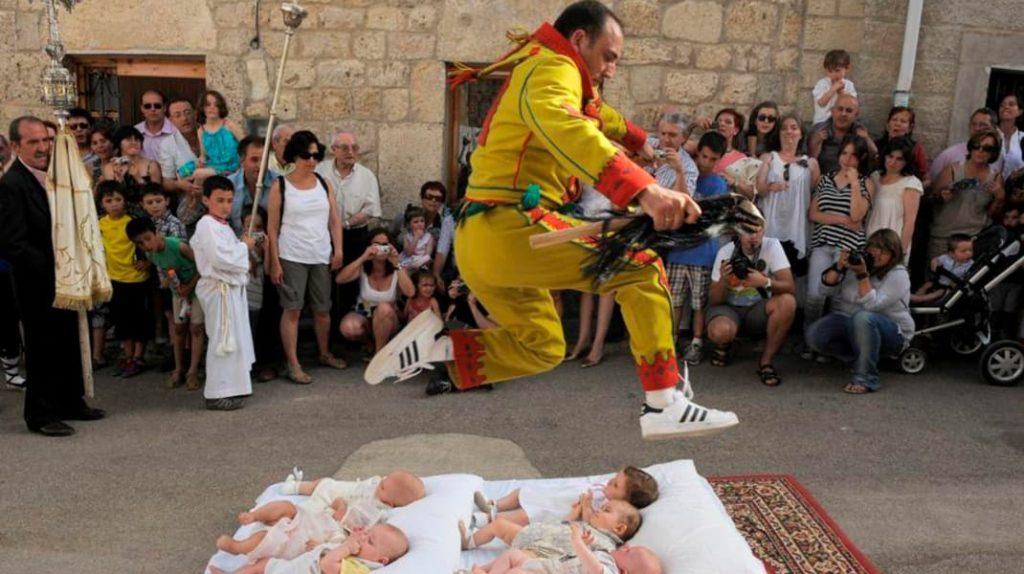 Прыжки через младенцев в Испании, традиции народов мира