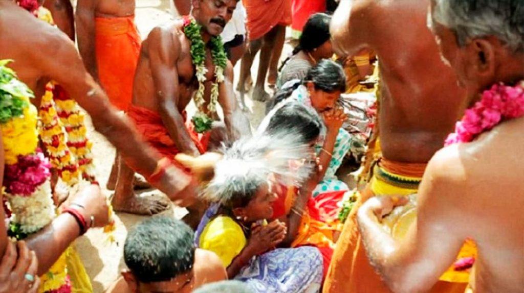 Разбивание кокосов о голову в Индии, традиции народов мира