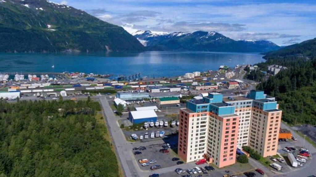 Город из одного дома, Уиттиер, США, штат Аляска, лайфхаб, путешествия, lifehub, travel, USA, Whittier