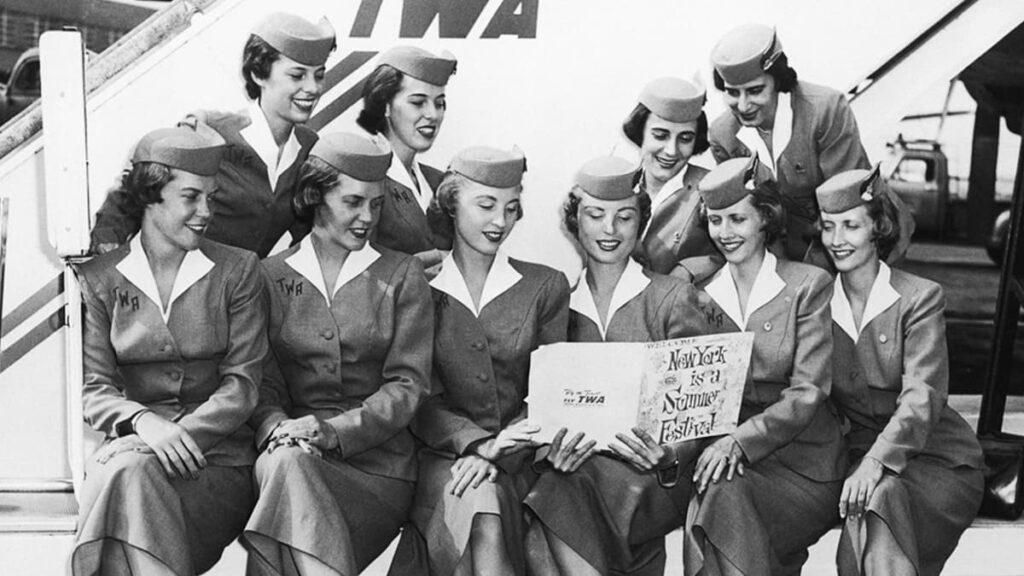 Женские профессии, стюардесса, бортпроводница, стать стюардессой, авиалинии, лайфхаб, lifehub, древние женские профессии, профессии